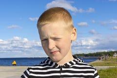 男孩外部画象在城市 免版税图库摄影