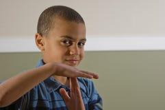 男孩多种族信号时间 免版税库存图片