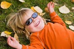 男孩太阳镜佩带 免版税库存照片