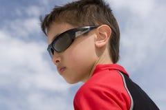 男孩太阳镜佩带 免版税库存图片