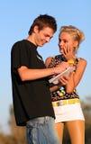 男孩夫妇逗人喜爱的女孩年轻人 图库摄影