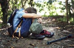 男孩失去和哀伤在森林里 免版税图库摄影