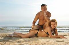 男孩女孩位置沙子 免版税库存照片
