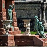 男孩女孩和妇女雕象在坟茔 免版税库存照片