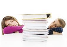 男孩女孩少年疲乏的年轻人 免版税库存照片