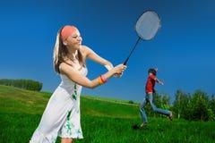 男孩女孩球拍 免版税库存照片
