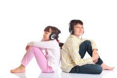 男孩女孩耳机 免版税库存照片