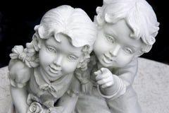 男孩女孩雕象 库存照片