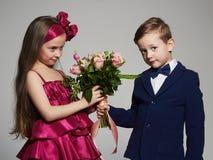 男孩女花童产生 一点美好的夫妇 库存图片