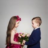 男孩女花童产生 一点美好的夫妇 免版税库存照片