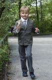 男孩奶油吃灰色冰诉讼 免版税库存图片