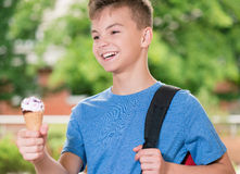 男孩奶油色冰 免版税图库摄影