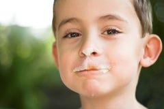 男孩奶油色吃冰 免版税库存图片