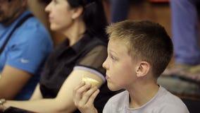 男孩奶油色吃冰 影视素材