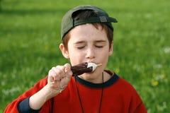 男孩奶油色吃冰 库存图片