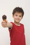男孩奶油色愉快的冰 库存图片