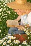 男孩她的对妇女的少许读取故事 库存照片