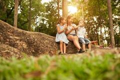男孩子项迷恋女孩查找公园微笑 库存图片