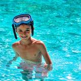 男孩孩子孩子在游泳池画象愉快的乐趣明亮的天潜水风镜里面的八岁摆正 免版税库存图片