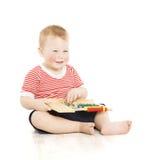 男孩孩子满意对算盘,聪明的小孩研究教训, educ 免版税图库摄影