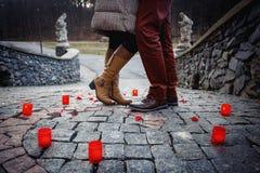 男孩宣称他的爱给女孩在公园 免版税库存图片