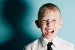 男孩害怕的叫喊的少年 免版税库存图片