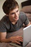 男孩家庭膝上型计算机少年使用 图库摄影