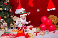 男孩对很多圣诞节礼物高兴 图库摄影