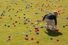 男孩寻找一点的复活节彩蛋 免版税图库摄影