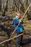 男孩射击一把弓 免版税库存照片