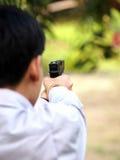 男孩射击空气软的球子弹枪 免版税库存图片