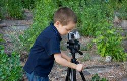 男孩小摄影师 库存照片