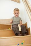 男孩小的使用的台阶 库存图片