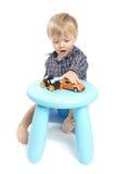 男孩小的使用的玩具 免版税库存照片