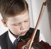 男孩小的小提琴 免版税图库摄影