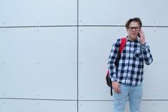 男孩少年男小学生或学生衬衣的,微笑与玻璃,红色背包 免版税图库摄影