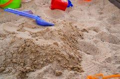 男孩少许使用的沙子 免版税库存图片