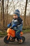 男孩少许摩托车骑马 免版税库存图片