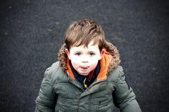 男孩少许柏油碎石地面 免版税库存照片