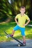 男孩少许滑板 免版税库存照片