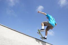 男孩少年公园的滑板 免版税库存照片