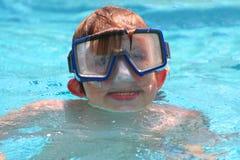 男孩屏蔽游泳 免版税库存图片