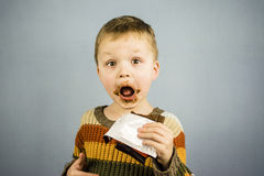 男孩巧克力吃 图库摄影