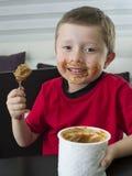 男孩巧克力吃 免版税库存照片
