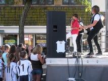 男孩带和崇拜的爱好者在FestiFall街公平在Westfield 库存照片