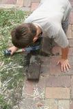 男孩帮助的住所改善 免版税库存图片