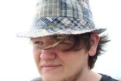 男孩帽子格子花呢披肩青少年周道 免版税图库摄影
