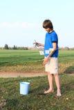 男孩干燥钞票 免版税图库摄影