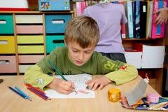 男孩幼稚园 免版税图库摄影