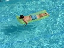 男孩床垫池 免版税图库摄影